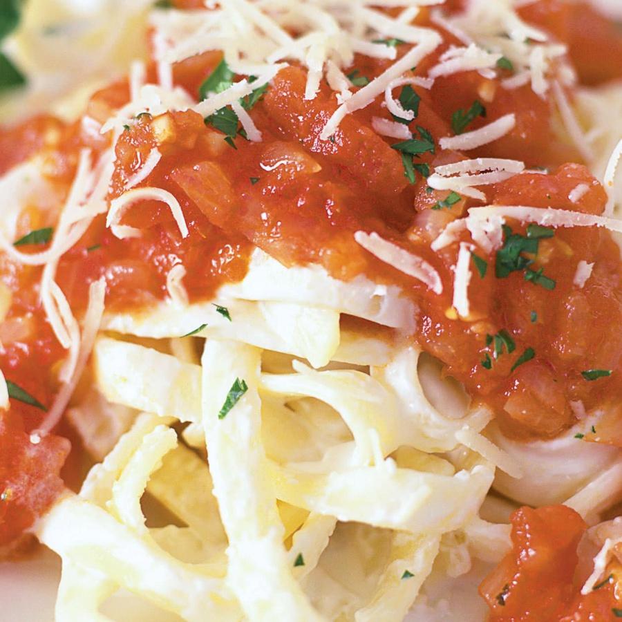 Pasta med friske tomater og basilikum