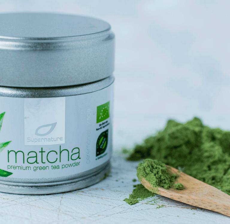 Matcha-produktet med Matcha-pulver og skje