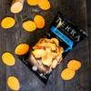 Terra Chips Sweet Potato-pose omringet av oppskjærte søtpoteter